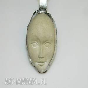 wisiorki unikatowa biżuteria betonowa maska n40