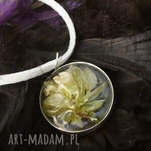 białe wisiorki kwiat-w-żywicy blade wspomnienie - kwietna