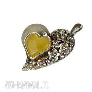 wisior z-bursztynem wisiorki żółte bursztynowe serce w kwiatach a686