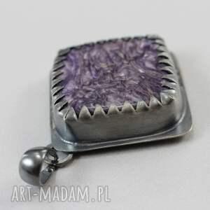 ręcznie wykonane wisiorki oksydowany czaroit w srebrnych zębach -
