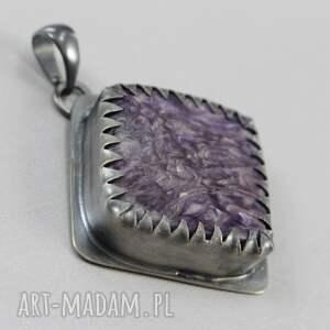 czaroit wisiorki fioletowe w srebrnych zębach -
