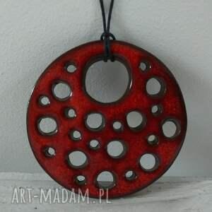 intrygujące wisiorki ceramiczny czerwony dziurawy wisior