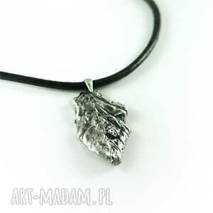 srebrne wisiorki liść listek z biedronką