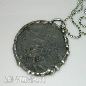 unikalna-biżuteria wisiorki szklany witraż z mosiądzem