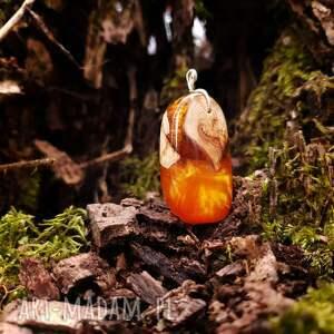 ciekawe wisiorki miód wisior drewno i żywica honey drop