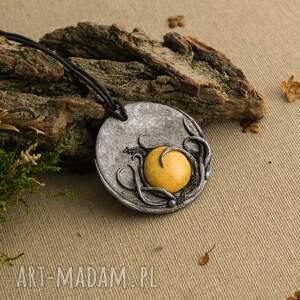 szare wisiorki medalion wisior z ceramiką