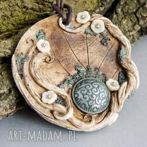 beżowe wisiorki dla niej wisior inspirowany naturą w kształcie medalionu