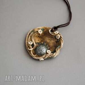 brązowe wisiorki dla niej wisior inspirowany naturą w kształcie medalionu
