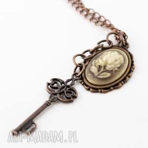 brązowe wisiorki wisior róża z kluczem