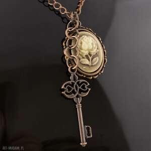 eleganckie wisiorki wisior róża z kluczem