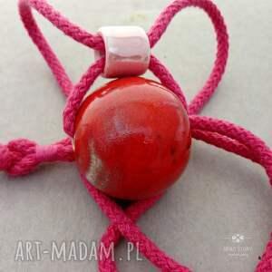 korale ceramiczne wisiorki wisior z czerwoną kulą