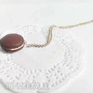 białe wisiorki wisiorek - czekoladowy makaronik na