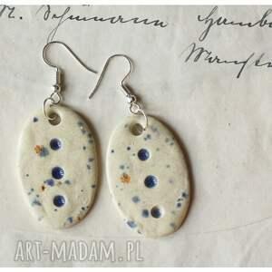 brązowe wisiorki kolczyki zestaw biżuterii nakrapianej w