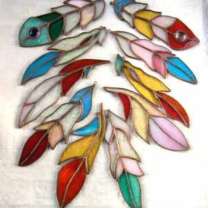 wyraziste witraże dekoracja witrażowa pawie pióro