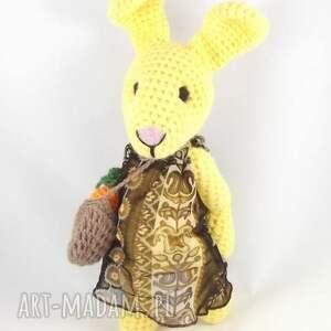 ręczne wykonanie zabawki dziewczynka amelka - szydełkowa pani zajączkowa