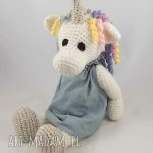 białe zabawki dziewczynka anastazja - szydełkowy jednorożec