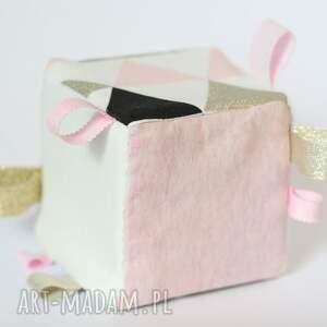 białe zabawki edukacyjna kostka sensoryczna różowe trójkąty