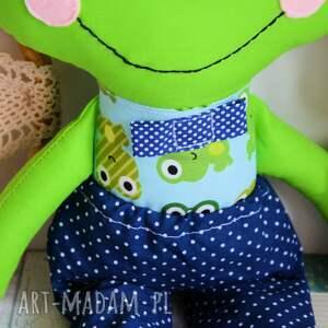 turkusowe zabawki chłopczyk oto książę zaczarowany w żabkę. uszyty