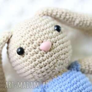 beżowe zabawki miś króliczek szydełkowy
