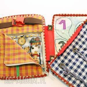 turkusowe zabawki książeczka edukacyjna lala 1