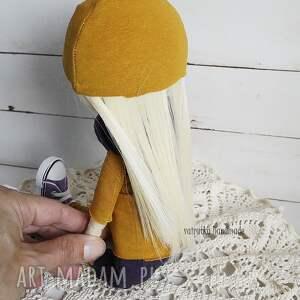 pomarańczowe zabawki lalka w fioletach