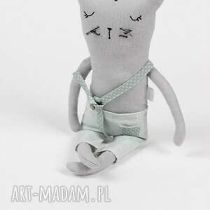 gustowne zabawki kot pan w kołysce z pościelą