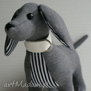szare zabawki jamnik pies