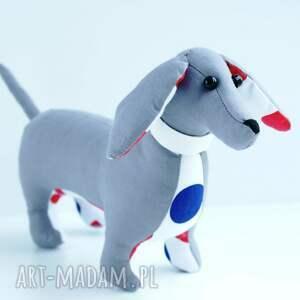 niebieskie zabawki jamnik pies