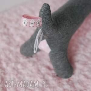różowe zabawki piesek psiak pastelowy groszek