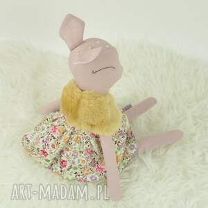 różowe zabawki sarenka w kwiecistej sukience
