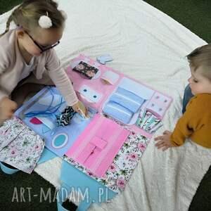 Składany domek dla lalek - mata sensoryczna Quiet Book dla dziewczynki od cichaksiążka