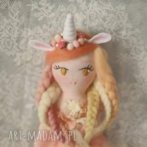 beżowe zabawki bajka tęczowa - lalka klara