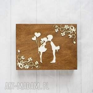 brązowe zaproszenia pudełko na obrączki zakochana para