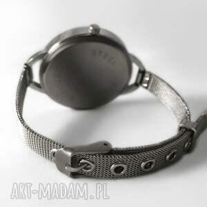 kot zegarki zakręcony - zegarek z dużą